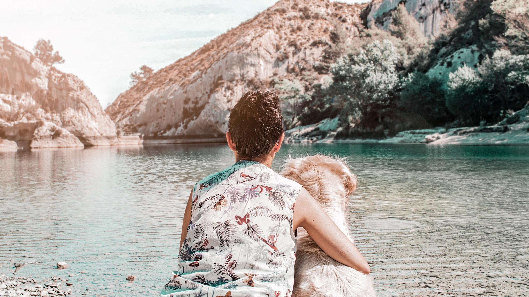 Le lac de peiroou avec son chien